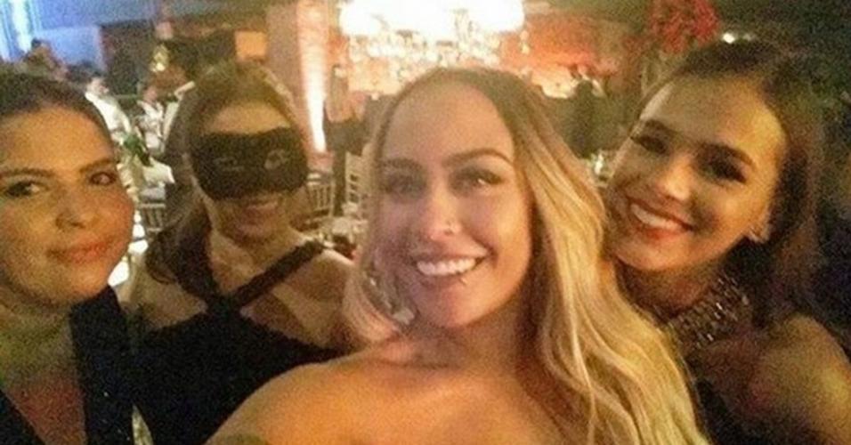 Bruna Marquezine posa com Rafaella, irmã de Neymar, e mais duas amigas na festa de Nadine, a mãe do craque
