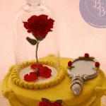 A rosa também foi referência neste bolo, assim como o vestido de Bela e o espelho mágico - Reprodução/Pinterest