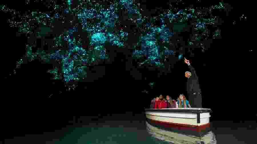 Turistas usam barquinhos para conhecer o interior das Cavernas de Waitomo - Corin Walker Bain/Tourism New Zealand