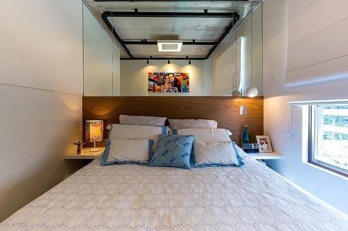O espelho sobre a cama traz profundidade ao quarto projetado pela By Arq