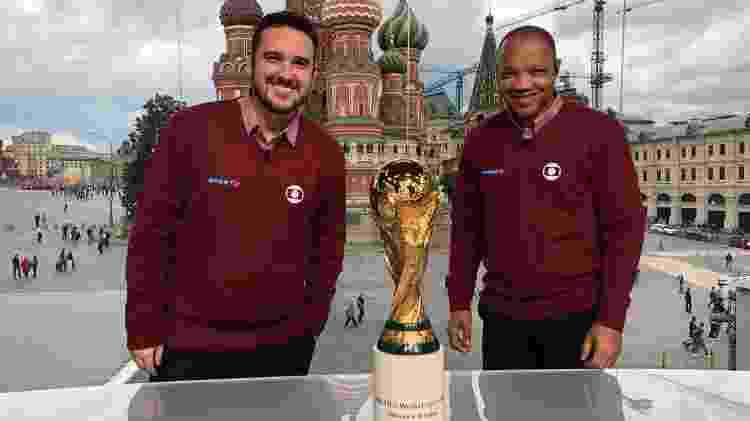 Raphael Rezende e Julio Oliveira posam com a taça da Copa do Mundo no estúdio do SporTV, em Moscou - Letícia Vorcaro/SporTV - Letícia Vorcaro/SporTV