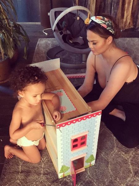 Chrissy Teigen e a filha Luna - Reprodução/Instagram