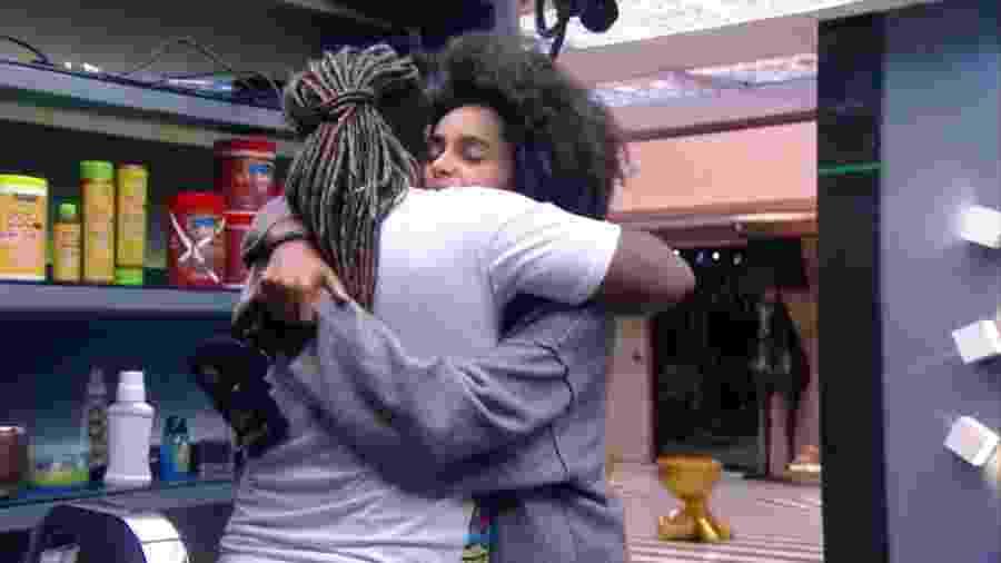 Rodrigo e Gabriela se abraçam - Reprodução/Globoplay