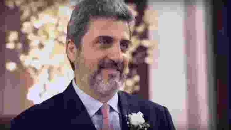 O ex-diplomata Sergio Schiller Thompson--Flores em seu casamento: hoje ele usa dispositivo que avisa quando se aproxima da ex - Reprodução