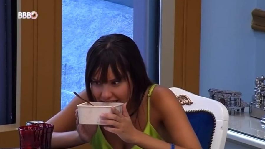 BBB 21: Thaís tenta comer embalagem de comida no almoço do líder - Reprodução/Globoplay