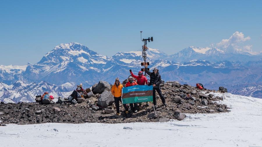Estação meteorológica instalada perto do cume do vulcão Tupungato, no Chile - Armando Vega/ National Geographic