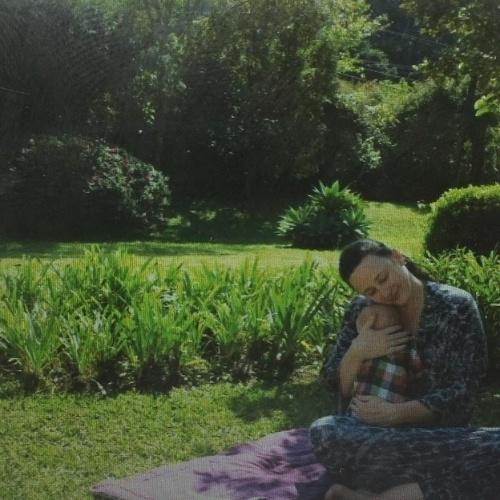 30.jul.2015 - Paula Braun, mulher de Mateus Solano, mostrou uma foto na qual aparece abraçada ao filho, Benjamin, que teve em maio deste ano
