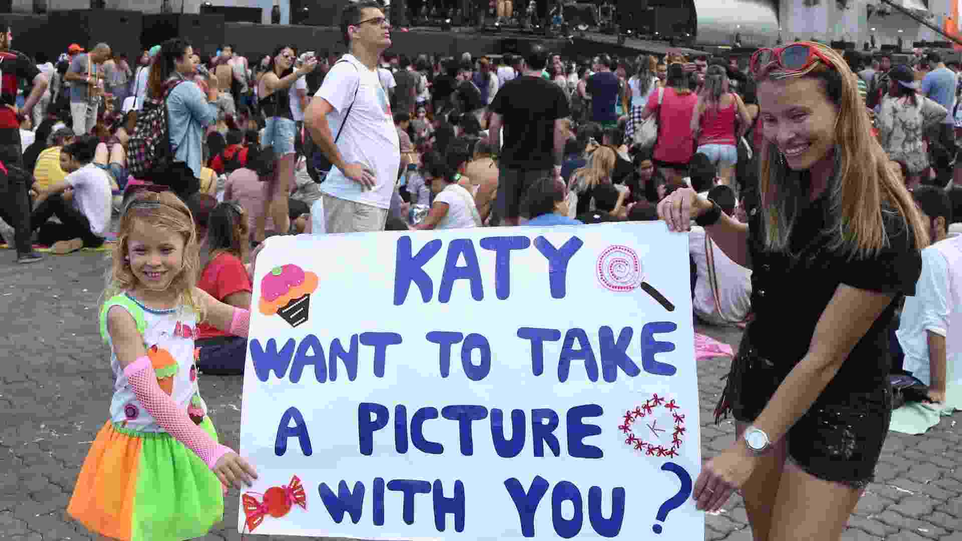 27.set.2015 - Cabelos coloridos, pintados ou perucas, são adotados pelos fãs de Katy Perry, a headliner da última noite do Rock in Rio 2015. - Marco Antonio Teixeira/UOL