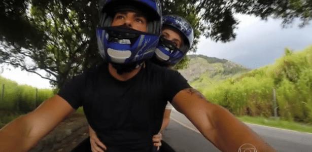 Cauã Reymond convida repórter para passeio de moto durante entrevista na TV - Reprodução/TV Globo