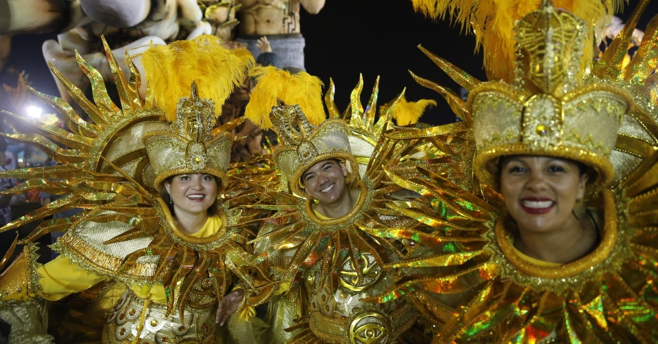 6.fev.2016 - Integrantes da Águia de Ouro posam antes de entrar na avenida na primeira noite do Carnaval de São Paulo