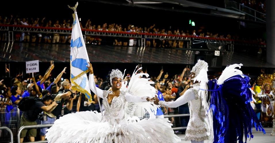 6.fev.2016 - O casal de mestre-sala e porta-bandeira da Águia de Ouro, terceira escola a desfilar na primeia noite do Carnaval de SP