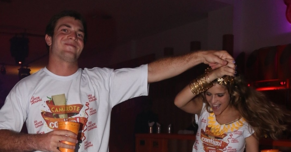 7.fev.2015 -  Isabella Santoni dança com o namorado Lucas Wakim no camarote Contigo by Schin, em Salvador