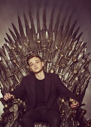 "Dean Charles Chapman posa no Trono de Ferro de ""Game of Thrones"" - Reprodução/Instagram/DeanCharlesChapman"