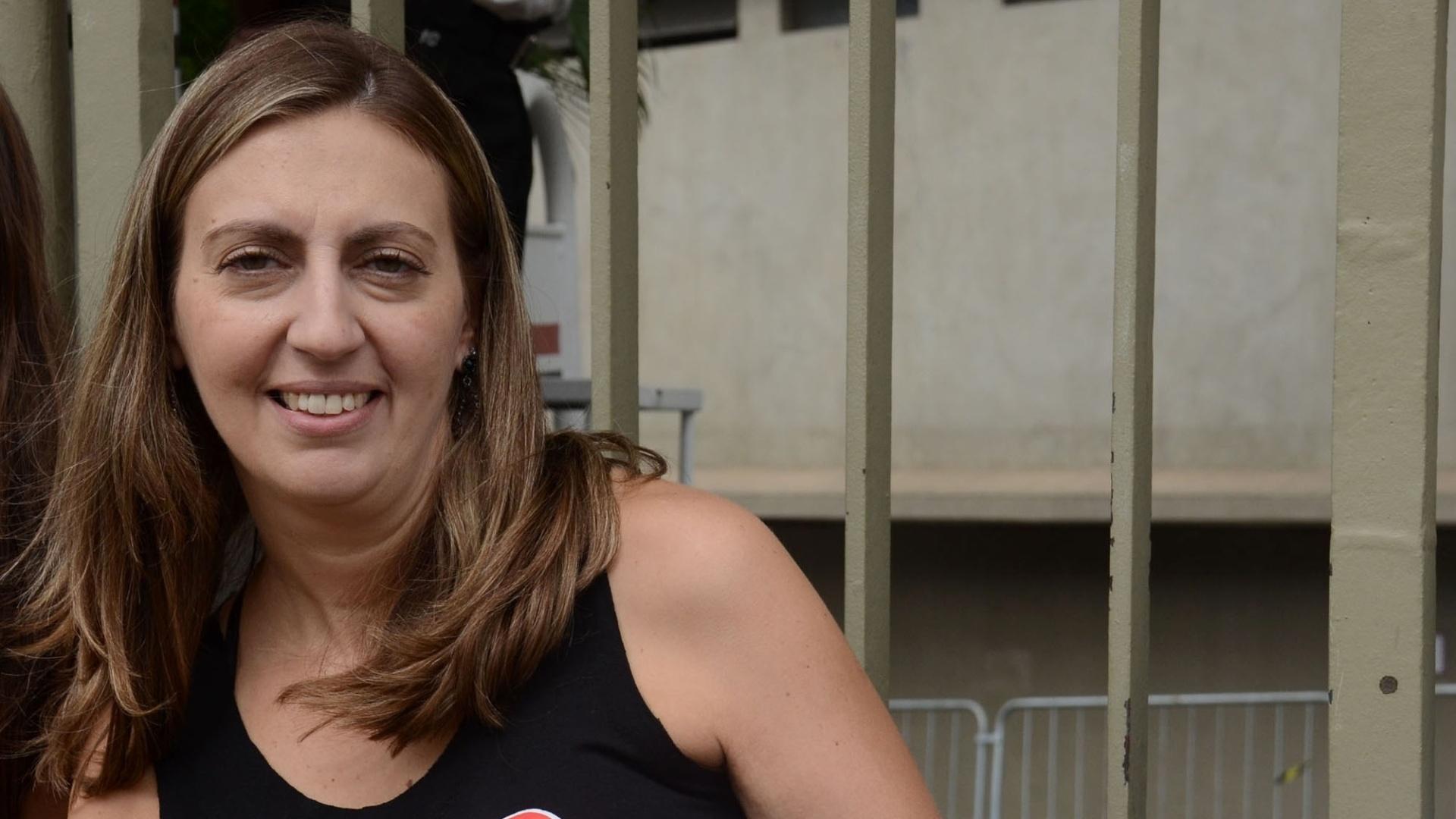 24.fev.2016 - Renata Aquino, 43 anos, de São Bernardo do Campo (SP), uma das primeiras da fila para a pista em frente ao estádio do Morumbi, em São Paulo, aguardando show da banda Rolling Stones.
