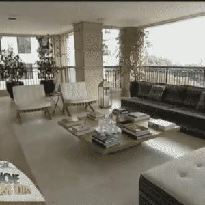 """26.fev.2015 - O apartamento é dividido por vários quartos, cozinha, sala para receber amigos, sala de negócios, uma varanda gigante (que se transforma num """"campo de futebol"""" nas horas de lazer) e um escritório - Reprodução/TV Record"""