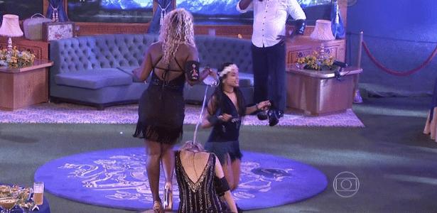 Adélia joga cerveja no cabelo de Ana Paula durante a festa Trem Expresso - Reprodução/TV Globo