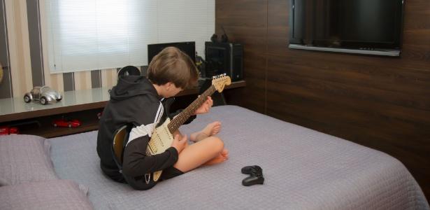 O adolescente Lucas Gaede, 12, que dorme em uma cama de casal - Adriana Gaede/Arquivo pessoal