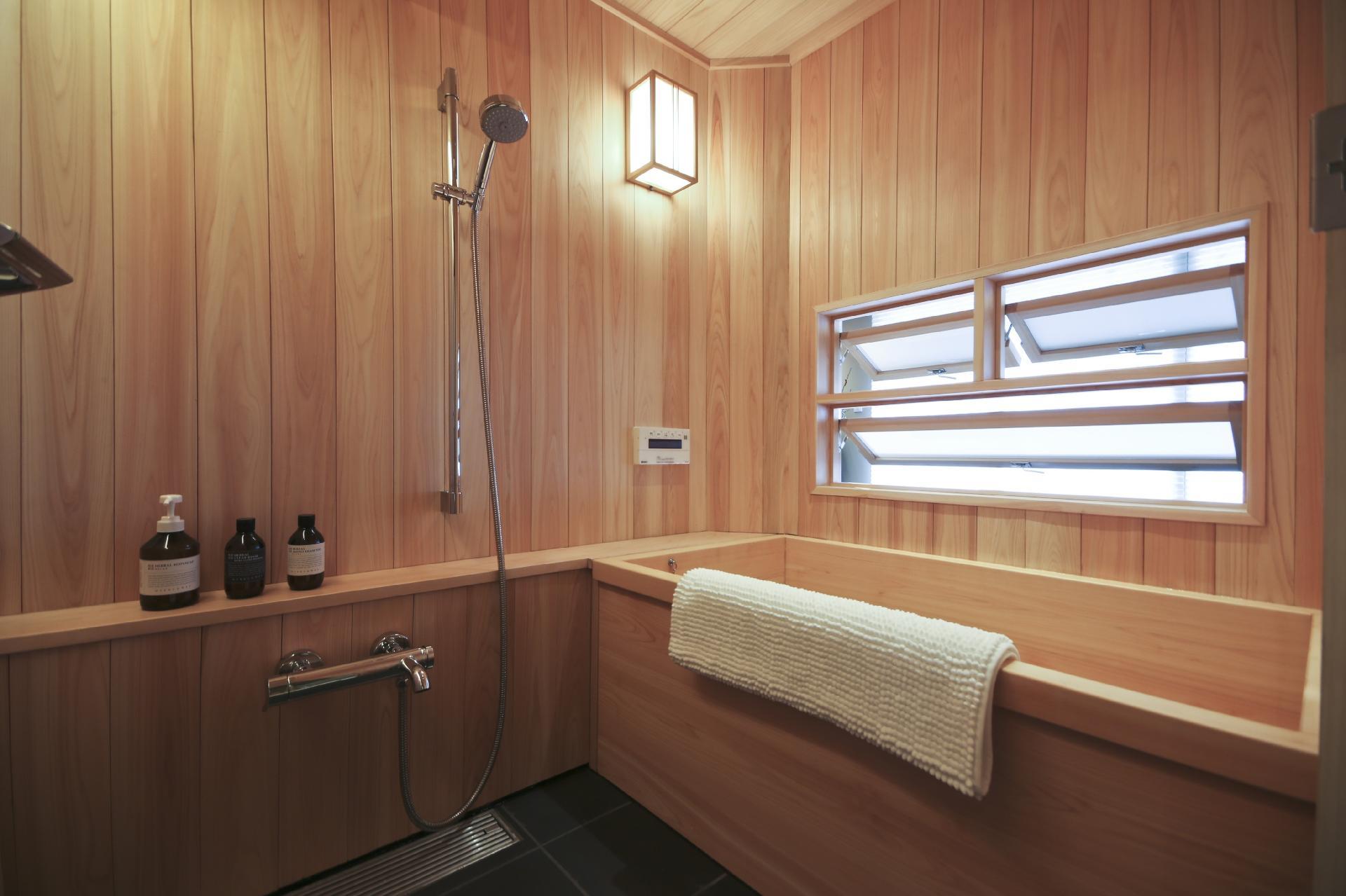 Feito em madeira, o banheiro acima está localizado em Ginza, distrito de Tóquio, Japão. A decoração do espaço, que conta com banheira e ducha de banho, é clean e moderna. O quarto completo no Airbnb pode ser alugado por ¥ 23976 a diária, cerca de R$ 800 (de acordo com a cotação do dia 1º.junho.2016)