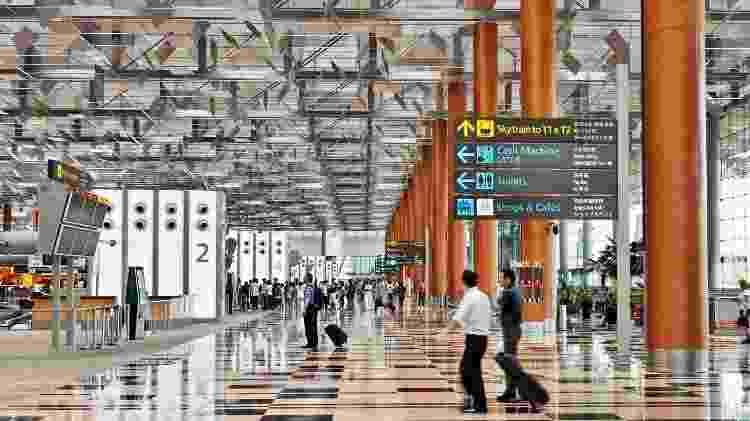 Para orientar passageiros, os padrões de carpete e cores mudam a cada terminal nos aeroportos - Divulgação/Changi Airport Group
