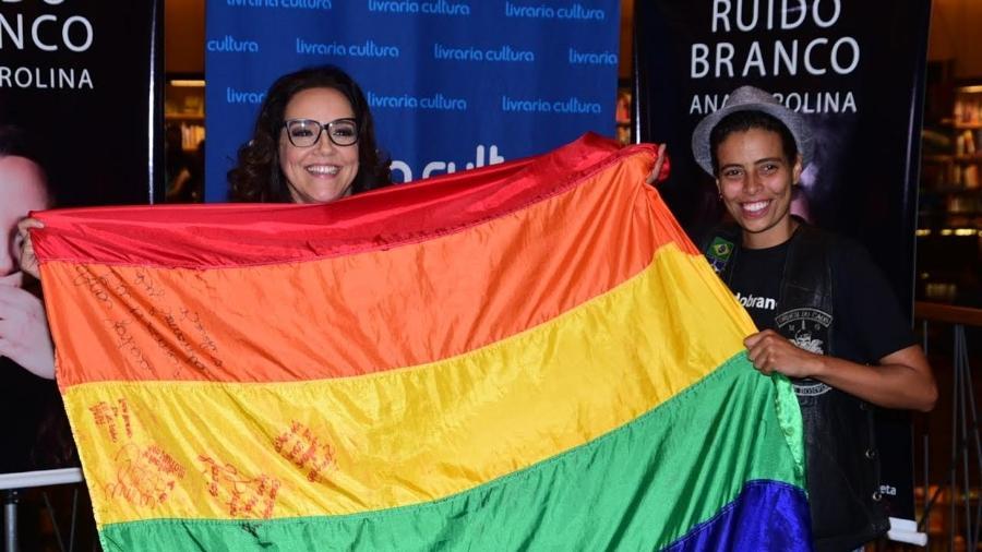 16.nov.2016 - Ana Carolina posa com bandeira do movimento LGBT  - Leo Franco /AgNews