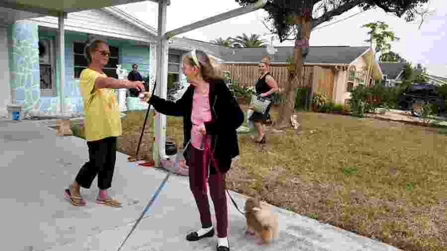Angie Tyma recebe as chaves da casa em que viveu durante 35 anos - Reprodução/Tampa Bay Times