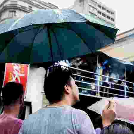 Público se protege da chuva para assistir ao show do É o Tchan na Virada Cultural - Mariana Pekin/UOL - Mariana Pekin/UOL