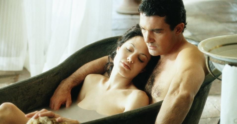 """Antonio Banderas e Angelina Jolie em cena de """"Pecado Original"""" (2001)"""