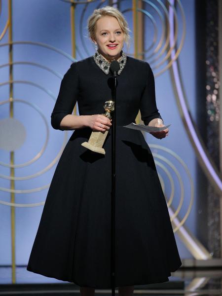 """Elizabeth Moss recebe seu Globo de Ouro de melhor atriz de minissérie por """"The Handmaid""""s Tale"""" - Getty Images"""