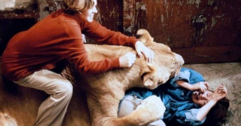 """Melanie Griffith e Tippi Hedren em cena de """"Roar"""" (1981)"""