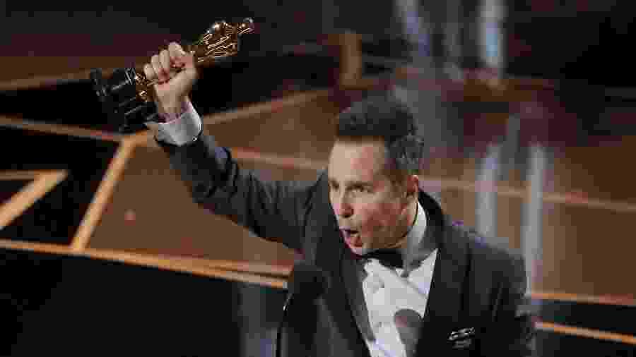 """Sam Rockwell levanta a estatueta dourada do Oscar por melhor ator coadjuvante por """"Três Anúncios Para um Crime"""" - REUTERS/Lucas Jackson"""