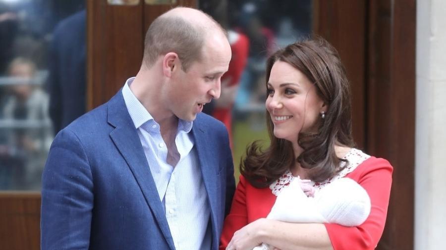 Kate e William trocam olhares ao apresentarem o terceiro filho ao mundo - Getty Images