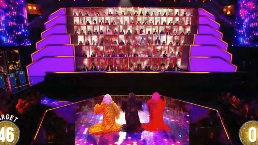 """Cenário do """"All Together Now"""" inglês, em que participantes são avaliados por 100 jurados - Reprodução / BBC"""