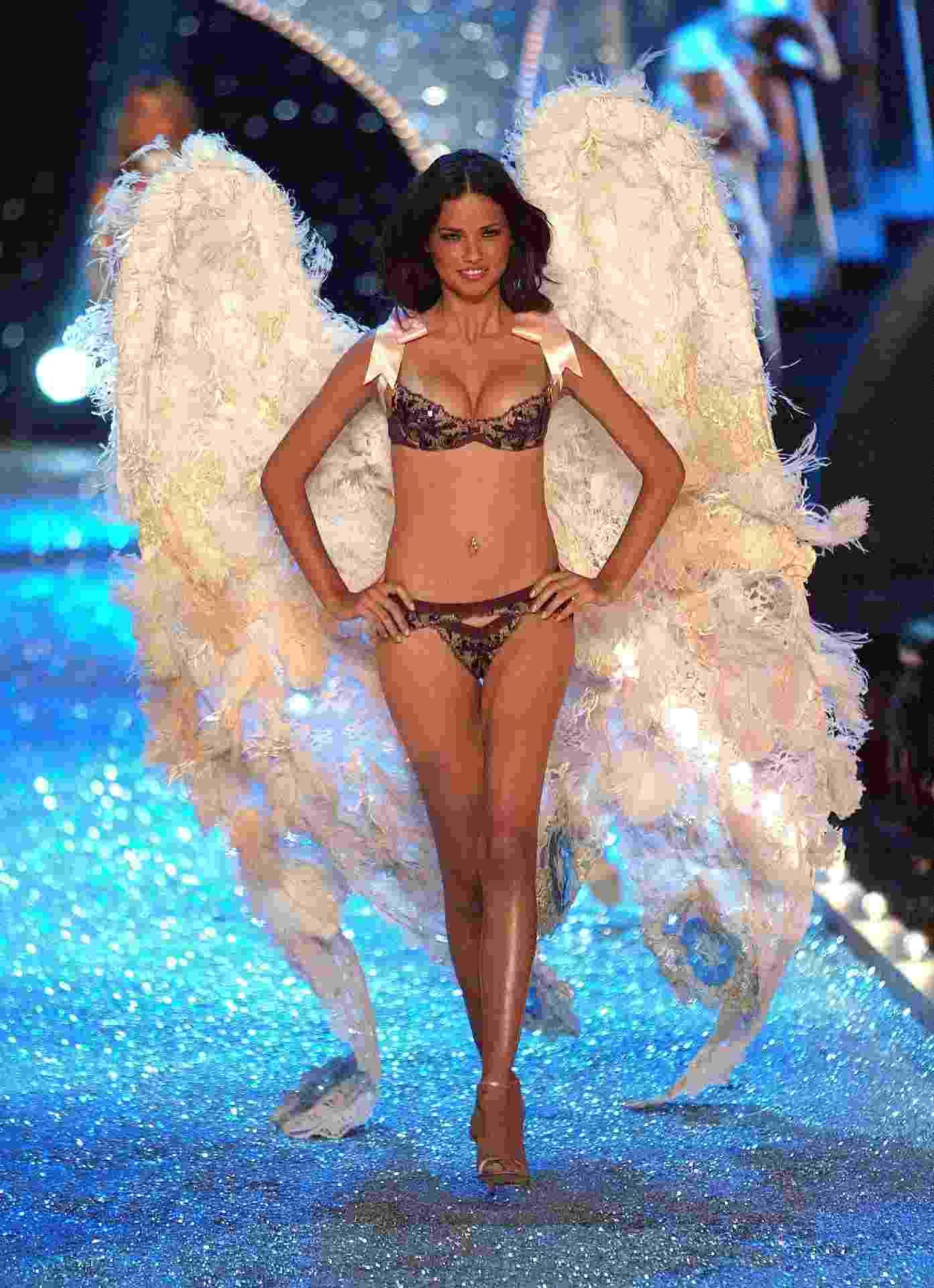 Adriana Lima no Victoria's Secret Fashion Show - Getty Images