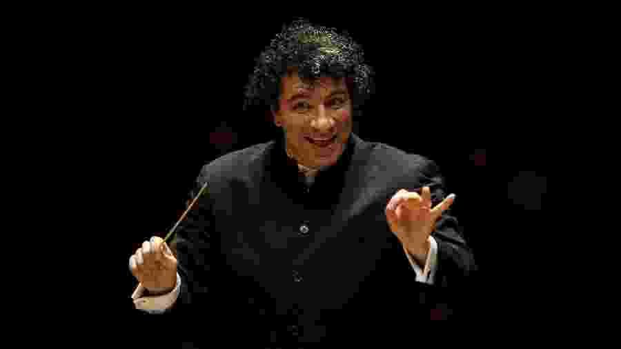 O maestro Giancarlo Guerrero regendo Orquestra Sinfônica do Estado de São Paulo - Daniel Marenco/Folhapress