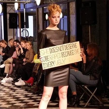 Modelos desfilaram com cartazes com frases de Bolsonaro - Marcio Damasceno/Deutsche Welle