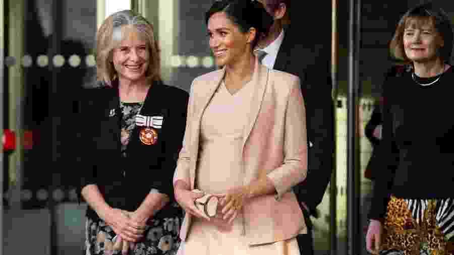Meghan Markle comparece ao Teatro Nacional, em Londres - AFP