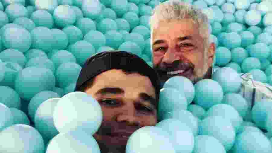Lulu Santos e Clebson Teixeram posam em piscina de bolinhas - Reprodução/Instagram