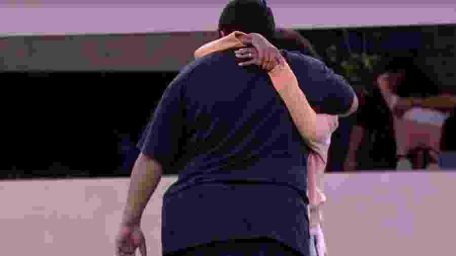 Thelma chora abraçada com Babu - Reprodução/GloboPlay