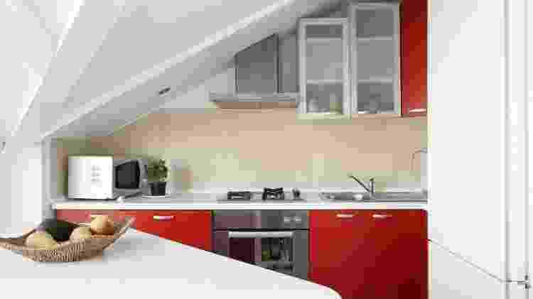 É importante ter atenção nas bancadas na cozinha com a iluminação para não criar sombras indesejadas - iStockphotos