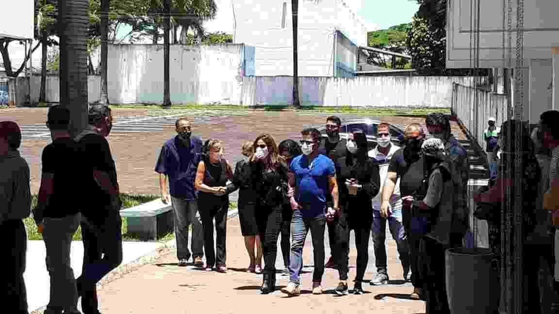 Zezé di Camargo chega ao velório do pai, Francisco, com a filha Wanessa, a mulher Graciele Lacerda, e, atrás, a mãe, dona Helena - Galtiery Rodrigues/UOL