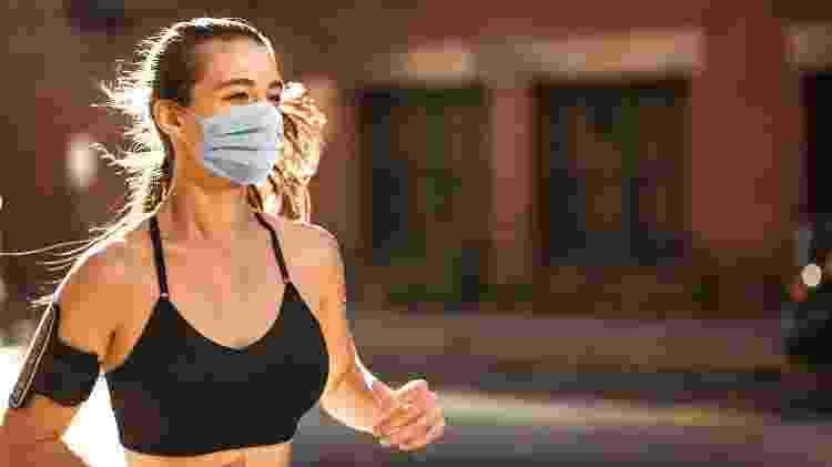 Corrida com máscara, treino ao ar livre na pandemia - iStock - iStock