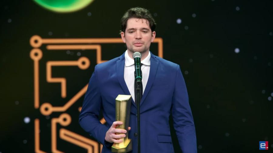 """Paulo Vitor """"PVDDR"""" Rosa ganhou como Melhor Atleta de Card Games e Atleta do Ano - Reprodução/SporTV"""