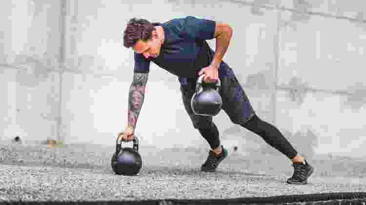 HIIT, treino intenso, remada com kettlebell - iStock - iStock
