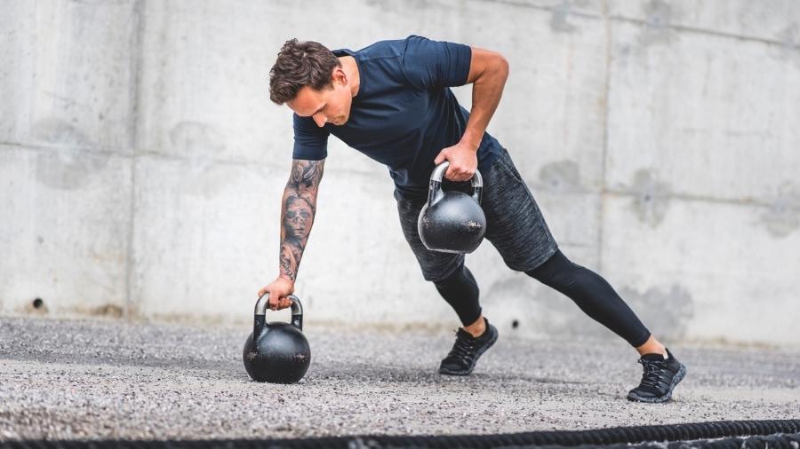O HIIT pode ser feito com atividades aeróbicos ou exercícios de força, como remadas (foto), flexão de braços, agachamento - iStock