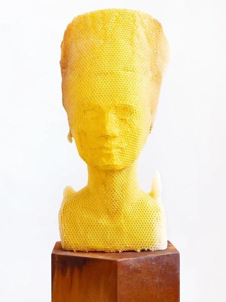 Busto de Nefertiti feito por 60 mil abelhas - Titia Hahne - Titia Hahne