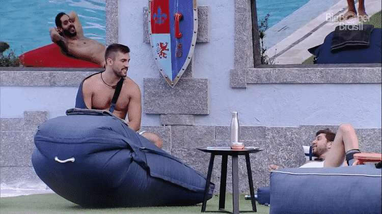 Arthur e Caio ao lado do big fone no BBB 21 - Reprodução/Globoplay - Reprodução/Globoplay