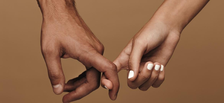 Homem e mulher de mãos dadas - jacoblund/Getty Images/iStockphoto