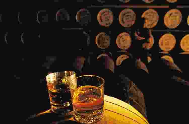 Destilaria de whisky e seu barris - DEA / G. P. CAVALLERO - DEA / G. P. CAVALLERO
