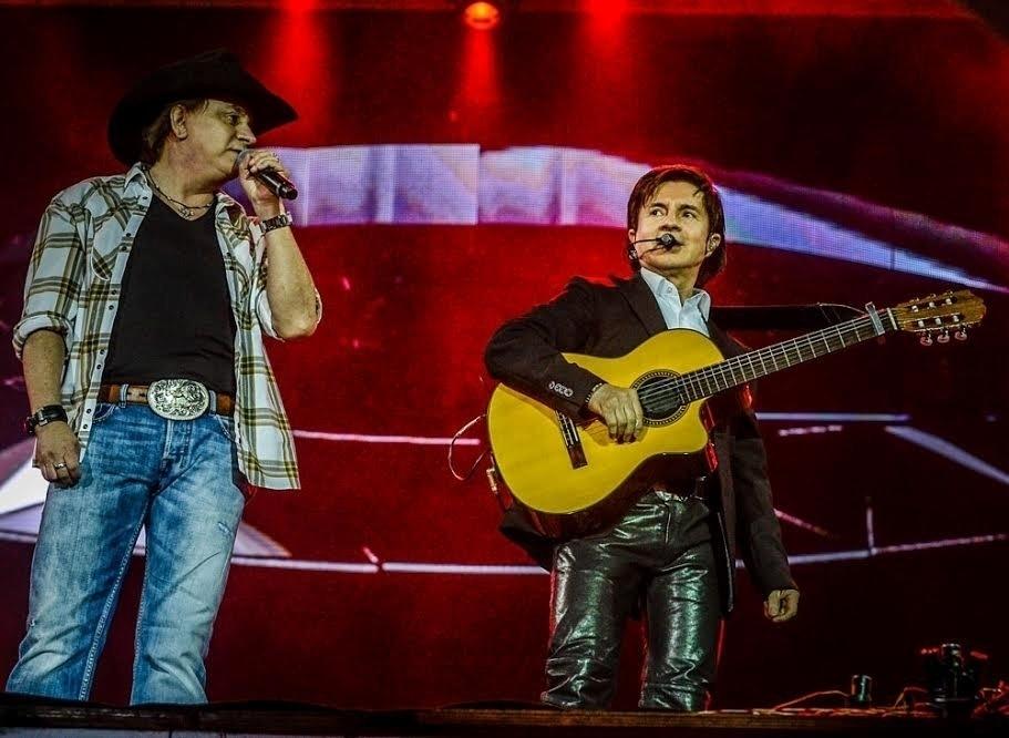 """28.ago.2015 -Chitãozinho & Xororó se apresentaram na noite desta sexta-feira na Festa do Peão de Barretos.  Celebrando o sertanejo raiz, a dupla cantou hits como """"Fio de Cabelo"""", """"60 dias apaixonado"""" e """"Evidências"""""""