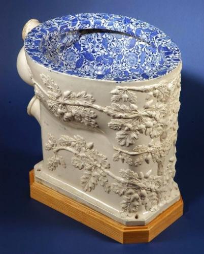 Adornos - Em 1739 foi criado o primeiro banheiro público com separação para homens e mulheres em Paris. Em 1885, o inglês Thomas Twyford desenvolveu privadas de porcelana que rapidamente substituíram as peças de madeira. Os primeiros vasos sanitários com sifão passaram a ser utilizados largamente a partir do final do século 19 e se popularizaram no início do século 20, reduzindo o problema de odores fétidos nas casas